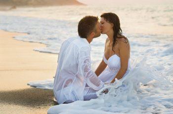 Romantic Couple Kiss at the Beach Love HD Desktop Background